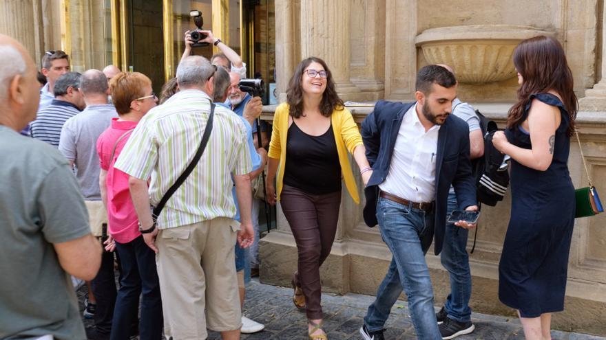 La diputada de Podemos, Raquel Romero, acompañada por uno de los asesores llegados de Castilla-La Mancha