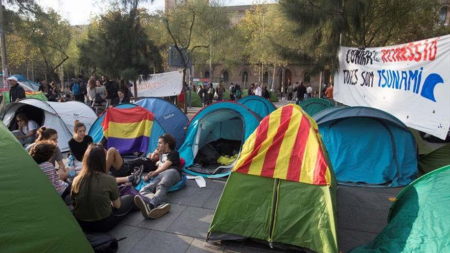 La Guardia Urbana de Barcelona desaloja a los acampados de Plaza Universitat