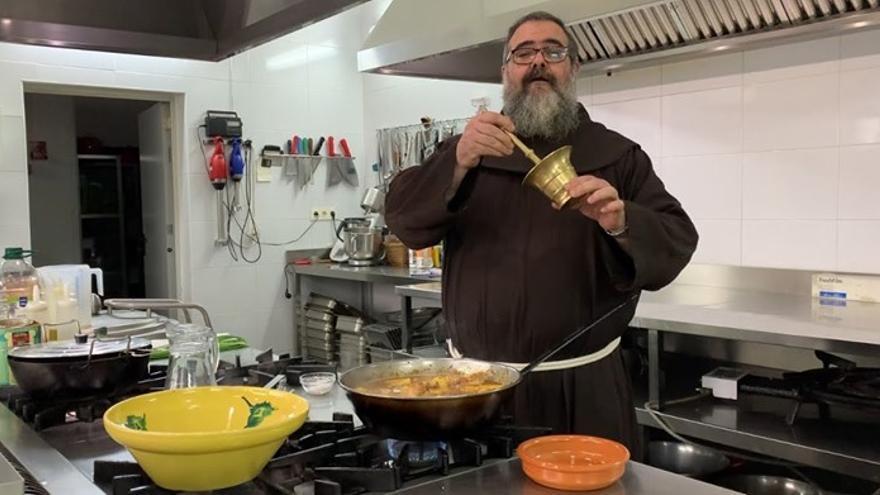 Fray Ángel durante la elaboración de una de sus recetas en el canal de Youtube.
