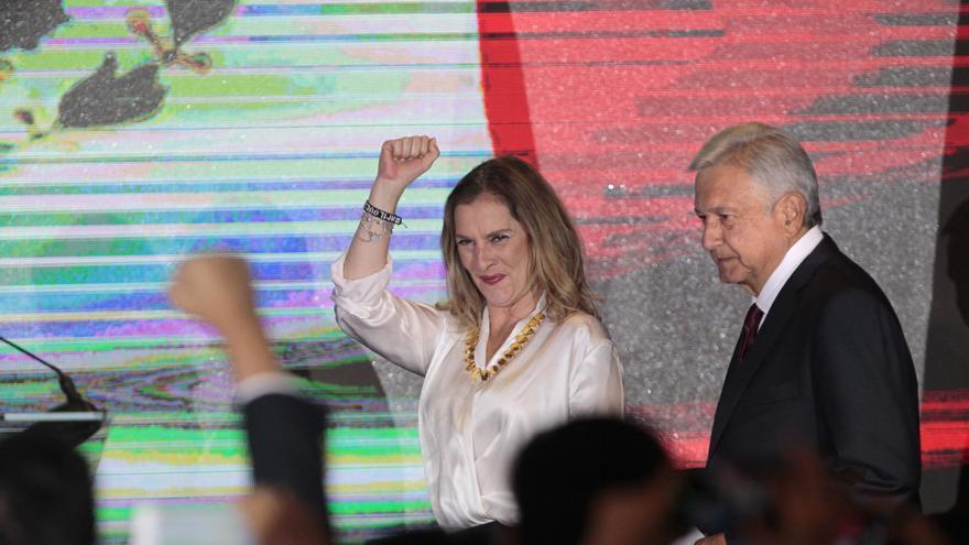 Beatriz Gutiérrez Müller celebra el triunfo electoral junto a AMLO.