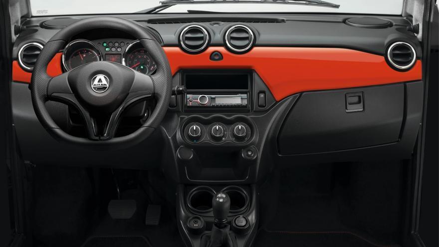El interior de los 'coches sin carné' es sencillo y práctico.