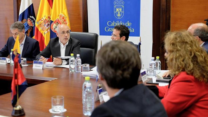 La asamblea de la Federación Canaria de Islas (Fecai), con su presidente de turno, el presidente del Cabildo de Gran Canaria, Antonio Morales (2d)