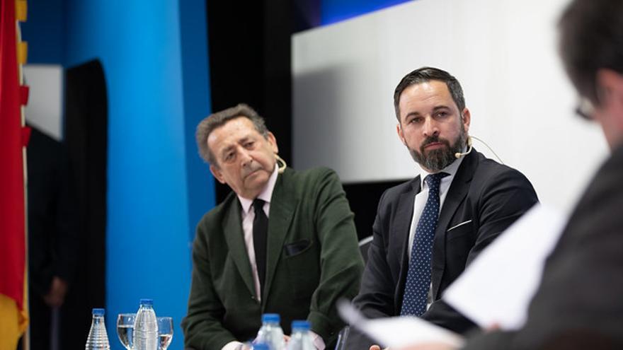 Alfonso Ussía junto a Abascal en un encuentro en La Razón