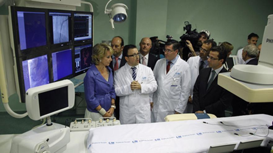 La ex presidenta de Madrid, Esperanza Aguirre, en la inauguración del hospital de Torrejón de Ardoz (Madrid) junto al consejero de Sanidad, Fernández-Lasquetty..