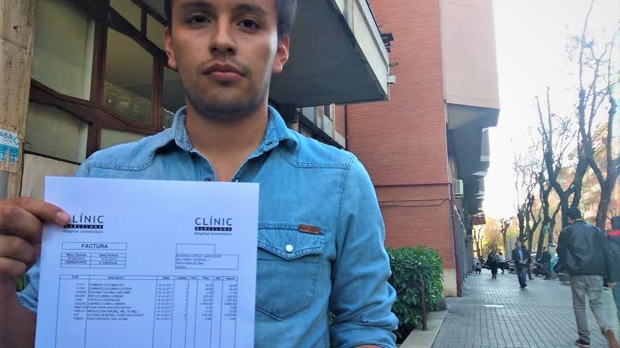 Juan Felipe Rodrigo, con su factura de 4.360 euros del Hospital Clínic de Barcelona