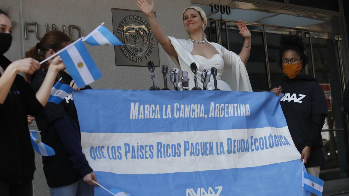 Una Evita militante por la compensación ambiental fue la intervención frente al edificio del FMI durante su asamblea anual.