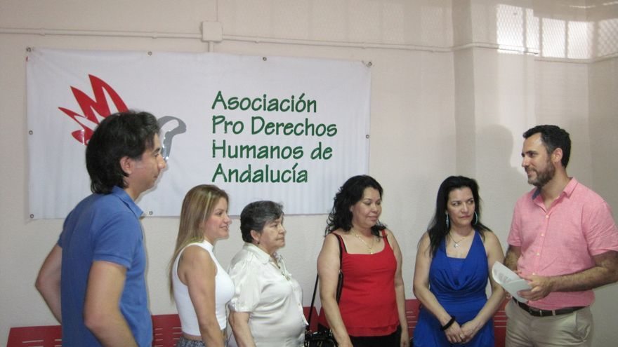 La familia del preso fallecido junto a miembros de APDH-A.