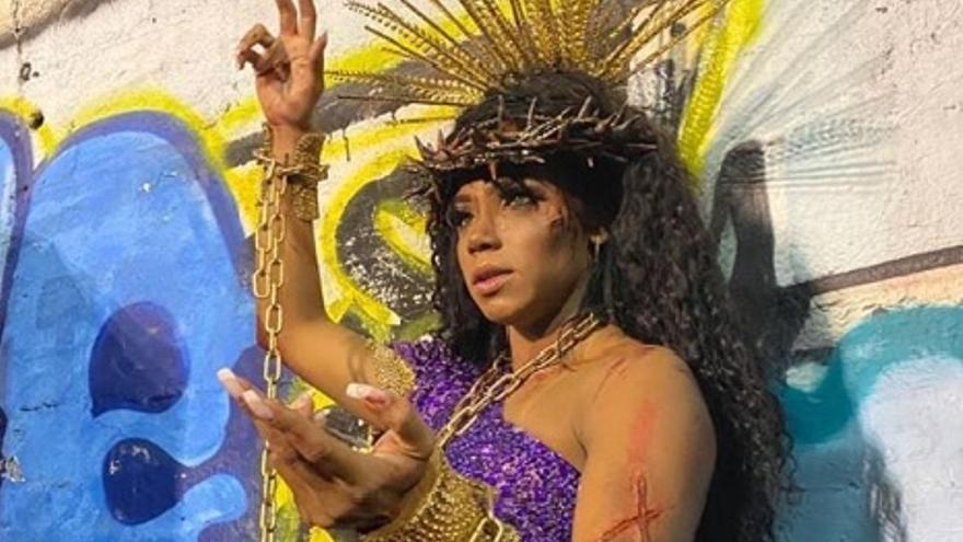Evelyn Bastos, reina de la batería de la Estação Primeira de Mangueira da Mangueira caracterizada como Jesucristo