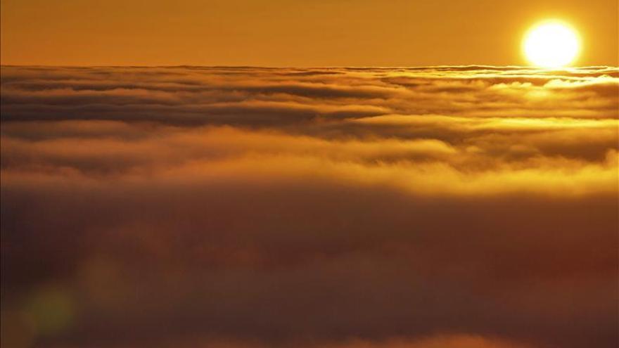 Vista de una puesta de sol con la niebla que cubre la montaña de Klinovec