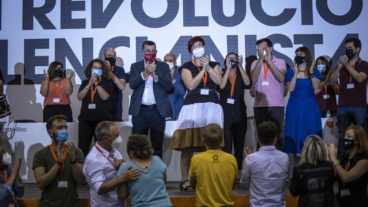 Àgueda Micó, en el centro, junto a la nueva ejecutiva de Més Compromís tras la refundación del Bloc.