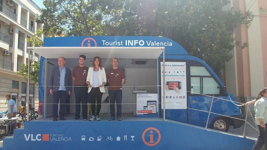 La concejala de Turismo, Sandra Gómez, en la oficina móvil