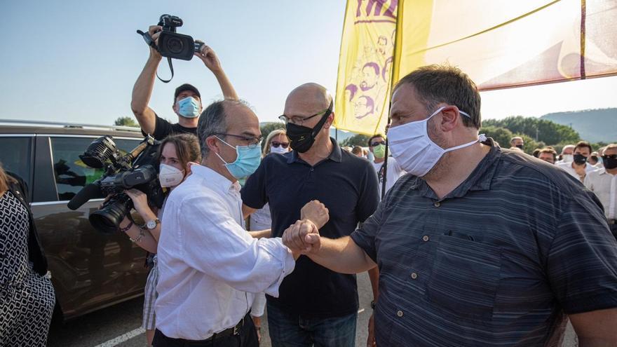 El exvicepresidente de la Generalitat Oriol Junqueras, junto a los exconsellers Romeva y Turull, antes de volver a ingresar en la cárcel de Lledoners (Barcelona) tras la suspensión de su tercer grado