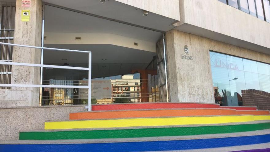 El Ayuntamiento de Paiporta pinta sus escaleras con la bandera LGTB