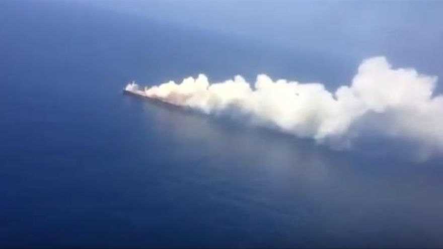 Fotograma del carguero británico incendiado.