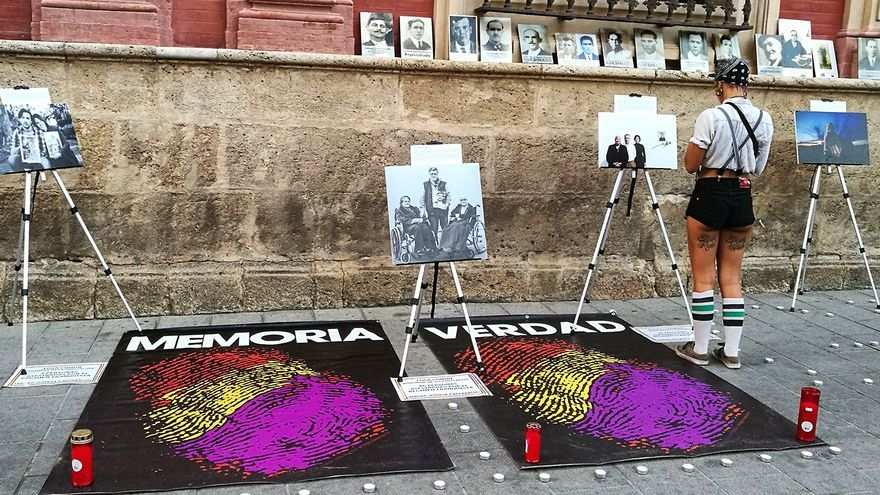 Vigilia antifascista ante el Palacio Arzobispal de Sevilla. | JUAN MIGUEL BAQUERO
