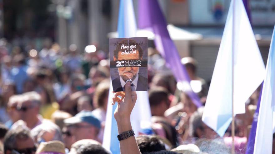Miles de personas se concentran en Sol en apoyo a la moción de censura de Unidos Podemos contra Mariano Raoy