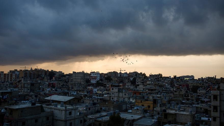 Panorámica del campo de Shatila, en el sur de Beirut. Más de 65 años después de su creación, las vidas de sus residentes permanecen en suspenso, en el limbo, sin un estado propio y con escasos derechos dentro del Líbano. Mientras, nuevas generaciones crecen en un lugar creado sin la intención de ser un asentamiento permanente. Fotografía: Diego Ibarra Sánchez