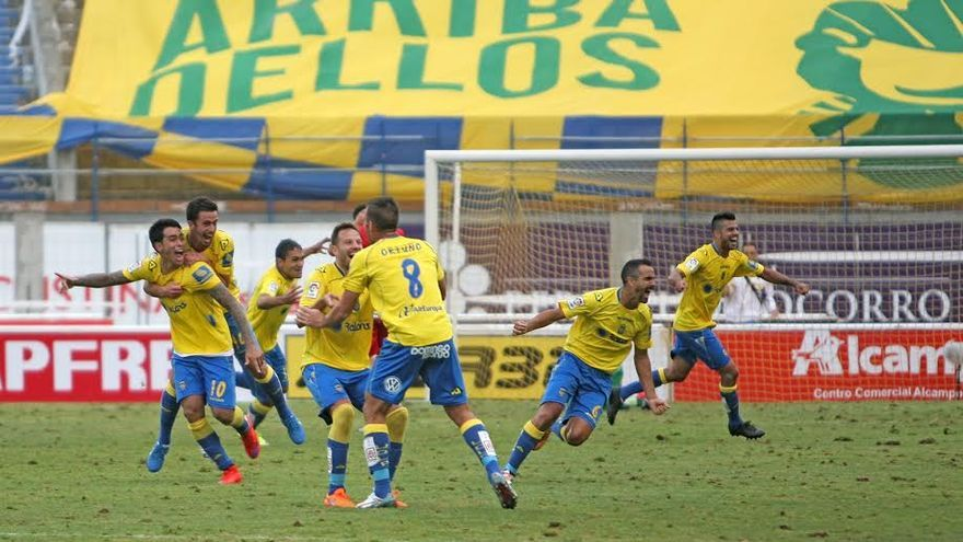 Los jugadores de la UD Las Palmas celebran el ascenso tras el pitido final.  (ALEJANDRO RAMOS)