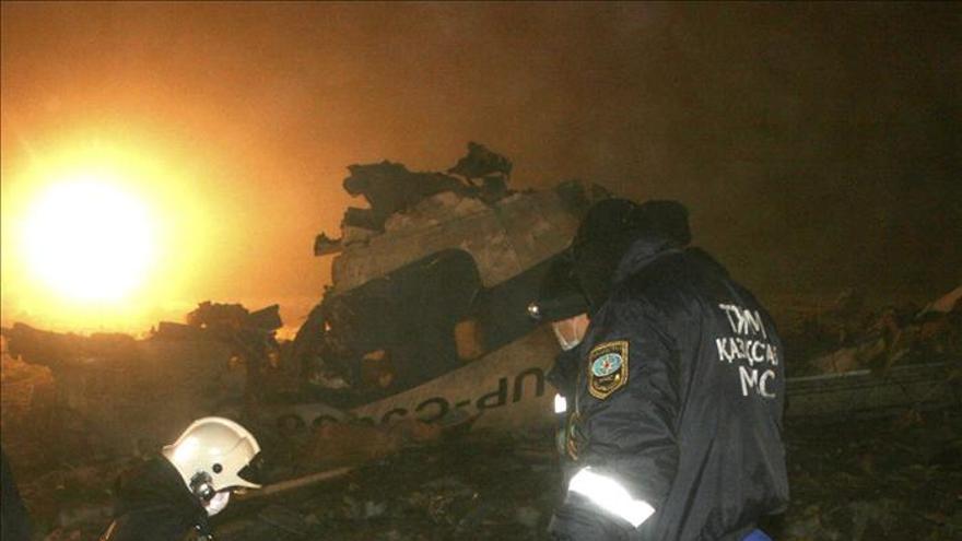 Declaran duelo nacional en Kazajistán por las 21 víctimas del accidente aéreo