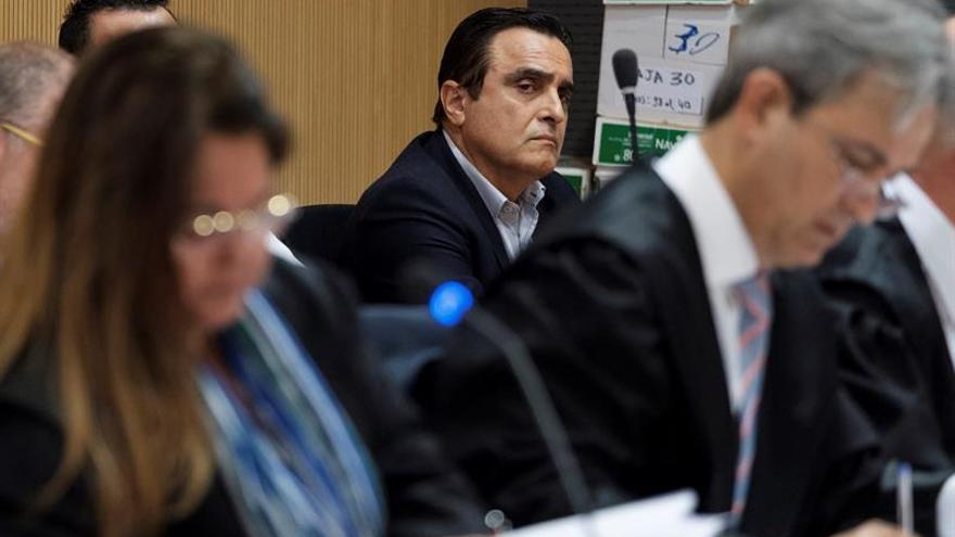 El ex alcalde del municipio de Telde Francisco Valido sigue la declaración de uno de los testigos del caso Faycán. (EFE/Ángel Medina G.)