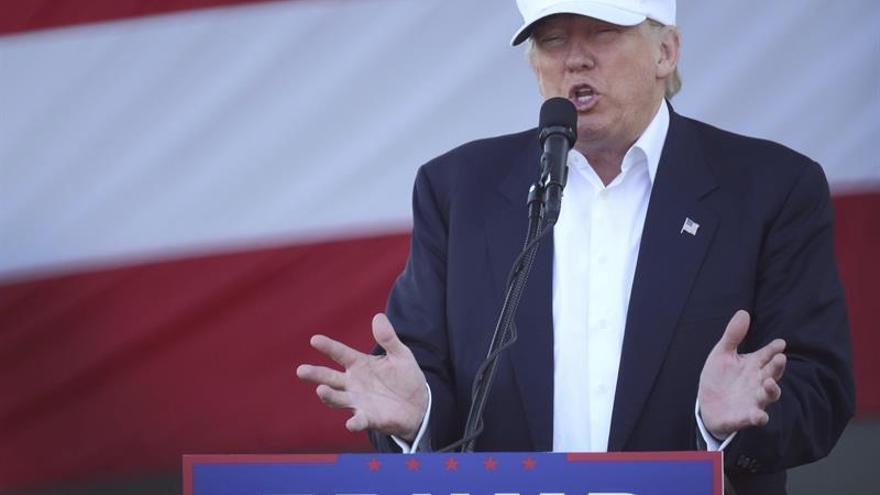 """Trump alienta a sus seguidores de Florida a votar como """"si estuviera perdiendo"""""""