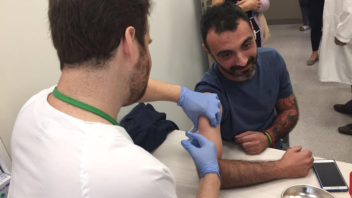 Vacunación contra la gripe en un centro de salud.