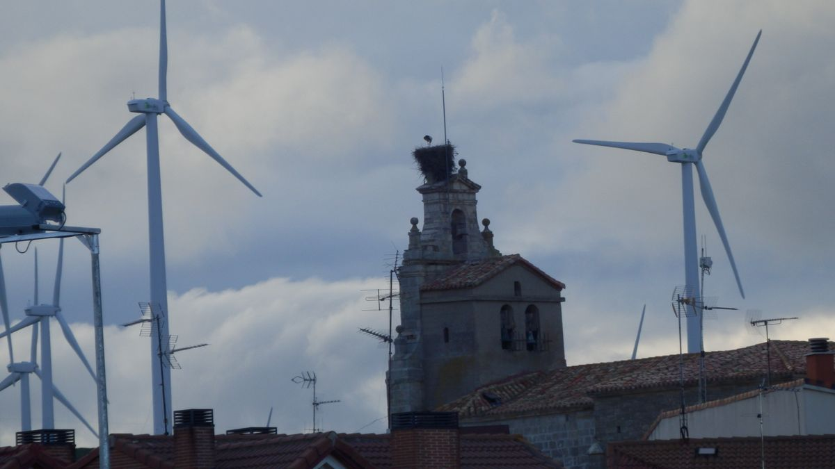 Un municipio de Burgos, con los parques eólicos, en una imagen de archivo.