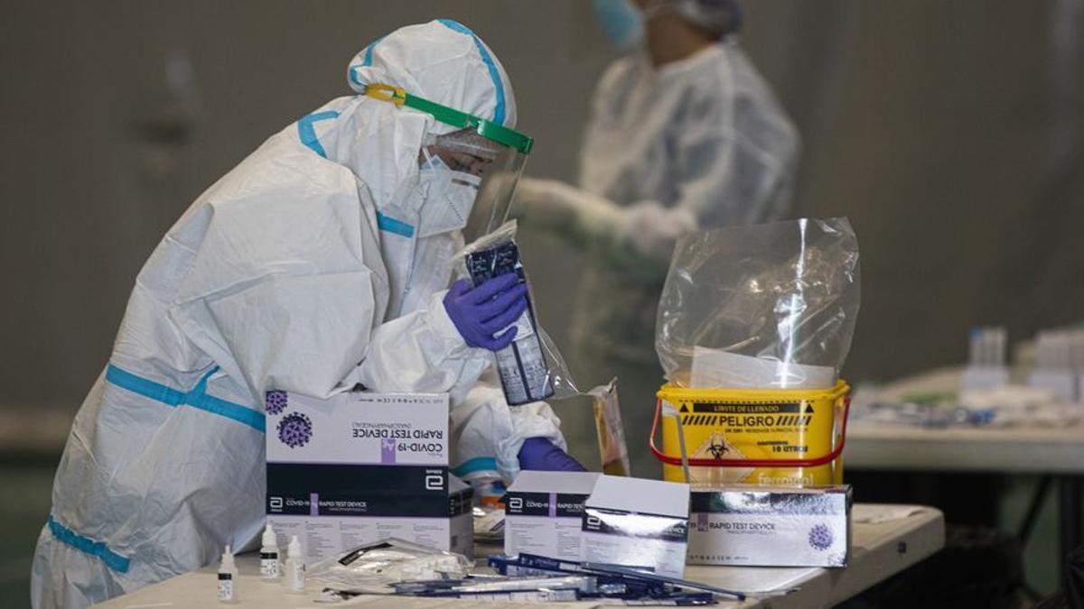 Sanitarios trabajando con test de antígenos