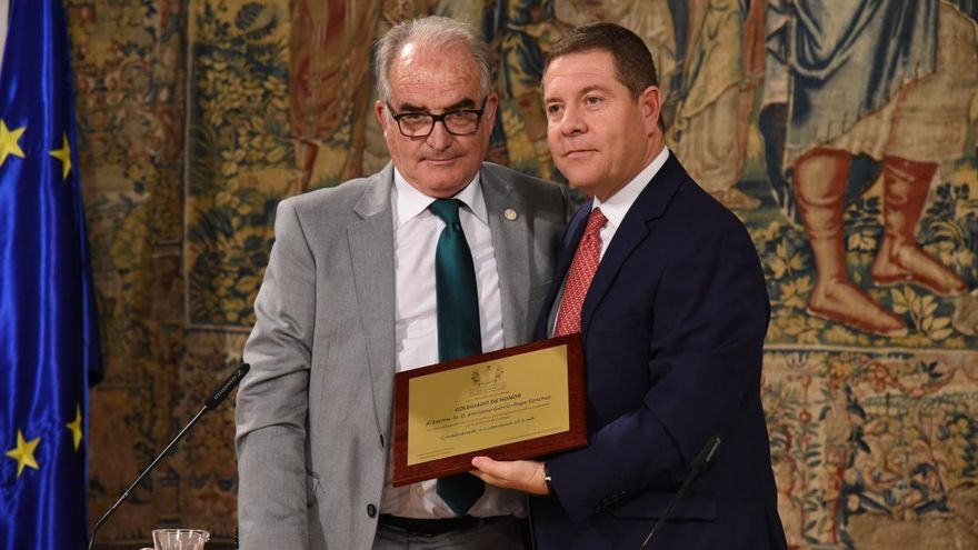 El presidente de Castilla-La Mancha recibe el título de 'Colegiado de Honor' por parte del Colegio Oficial de Enólogos