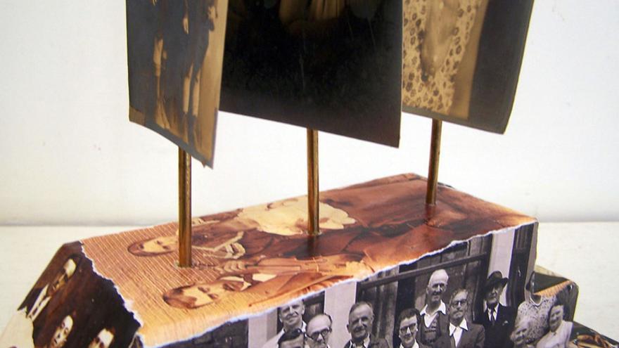 La artista de Vermont Janet Van Fleet creó un barco de madera y papel con antiguas fotografías