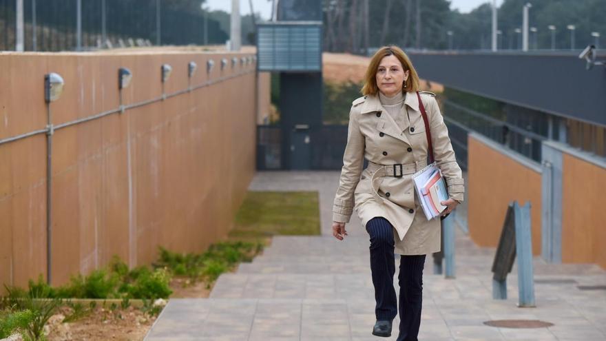 La expresidenta del Parlament Carme Forcadell saliendo de la cárcel de Mas d'Enric, en El Catllar (Tarragona), por primera vez en aplicación del artículo 100.2 del Reglamento Penitenciario, el lunes 17 de febrero de 2020.
