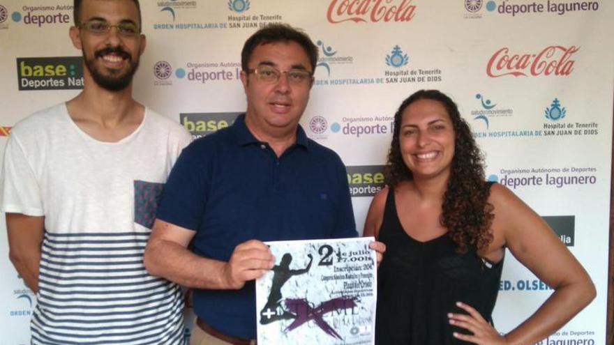 El concejal de Deportes de La Laguna, Agustín Hernández, con los organizadores de esta prueba deportiva, Laura González y Alejandro Alonso