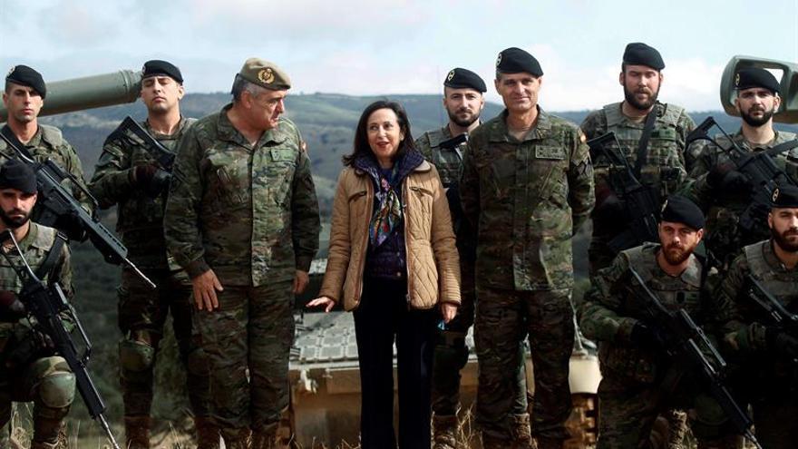 Margarita Robles acompañada por el Estado Mayor del Ejército.