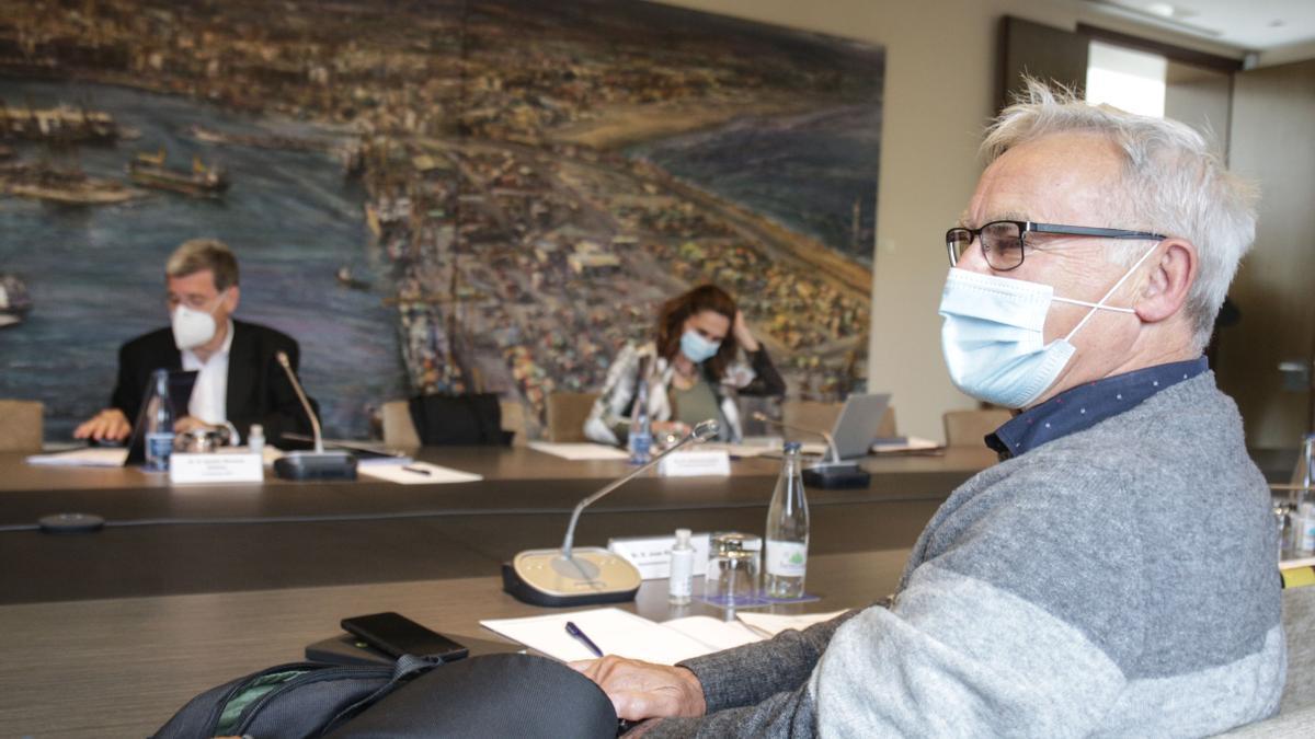 El alcalde de València, Joan Ribó, en una reunión reciente con el Puerto de València, con su presidente, Aurelio Martínez, al fondo.