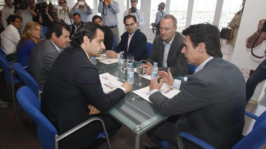 El exalcalde de Torrevieja Eduardo José Dolón, a la izquierda del ministro Soria