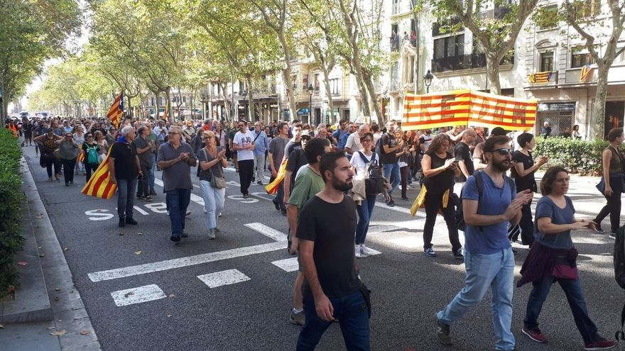 Unos 1.000 independentistas cortan la Gran Via de Barcelona cerca de la plaza España