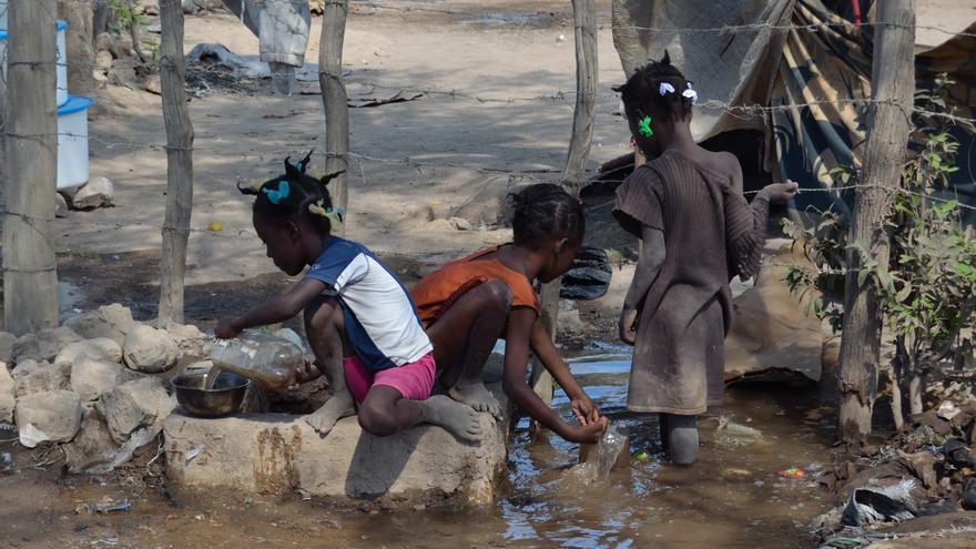 En Haití no hay agua corriente. Se abastecen del río.