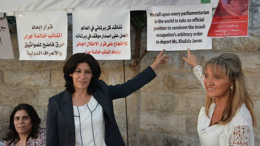 La parlamentaria palestina Khalida Jarrar, con Martina Ardenson, eurodiputada integrante de la delegación de la Izquierda Unitaria que ha viajado a Palestina