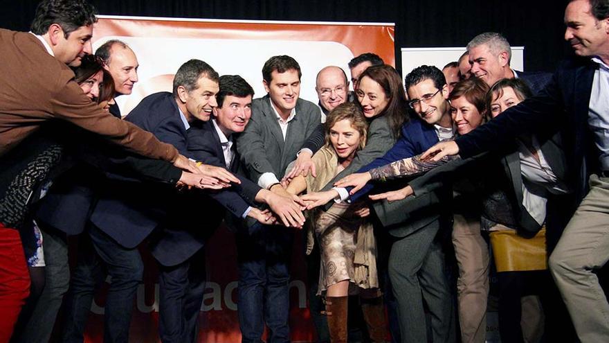 El líder de Ciudadanos, Albert Ribera, junto Fernando Giner y otros miembros de la formación naranja en Valencia