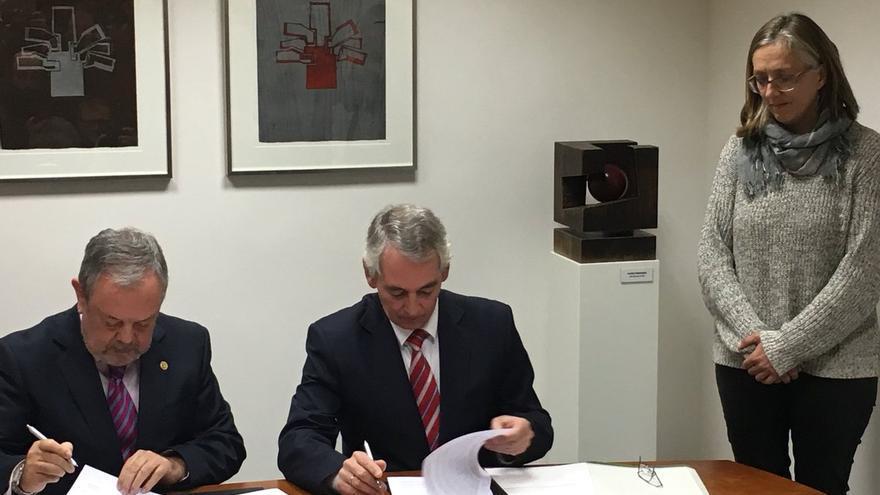 La parlamentaria socialista Alexia Castelo, testigo de la firma del acuerdo entre el consejero Azpiazu y el PP