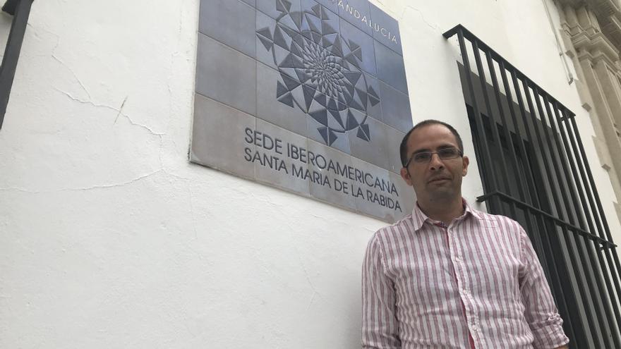 El investigador onubense, ante la sede de la UNIA en La Rábida.