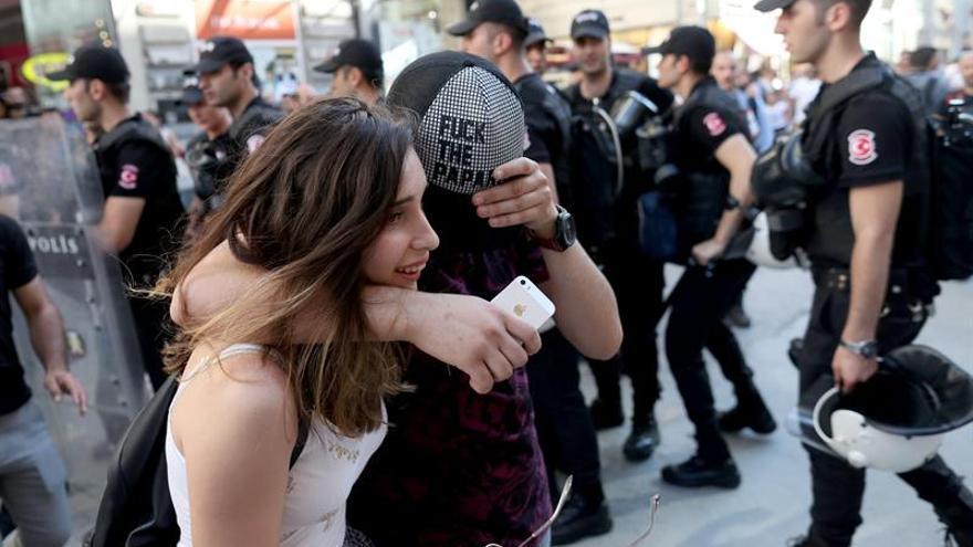 Manifestantes en la Marcha del Orgullo de Estambul