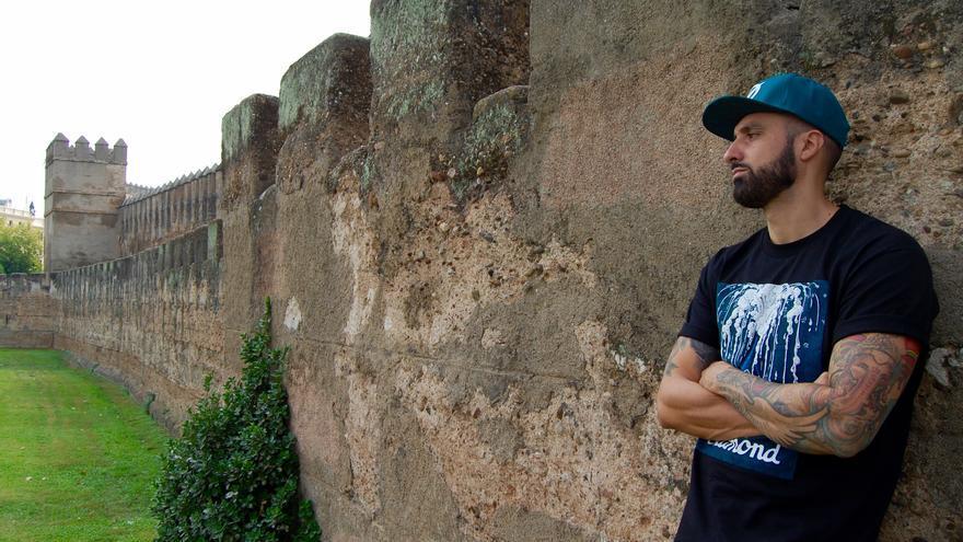 Tote King junto a las murallas de su barrio, la Macarena (Sevilla) / Alejandro Ávila