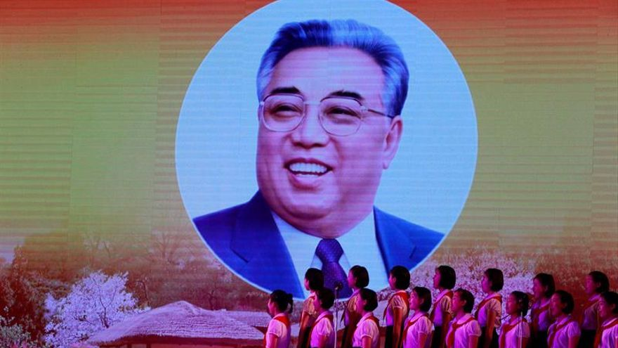 Kim Jong-un rinde homenaje a su padre en el aniversario de su muerte