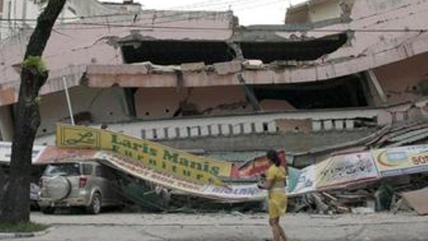 Al menos 75 muertos y miles de personas sepultadas bajo los escombros a causa del terremoto de Sumatra