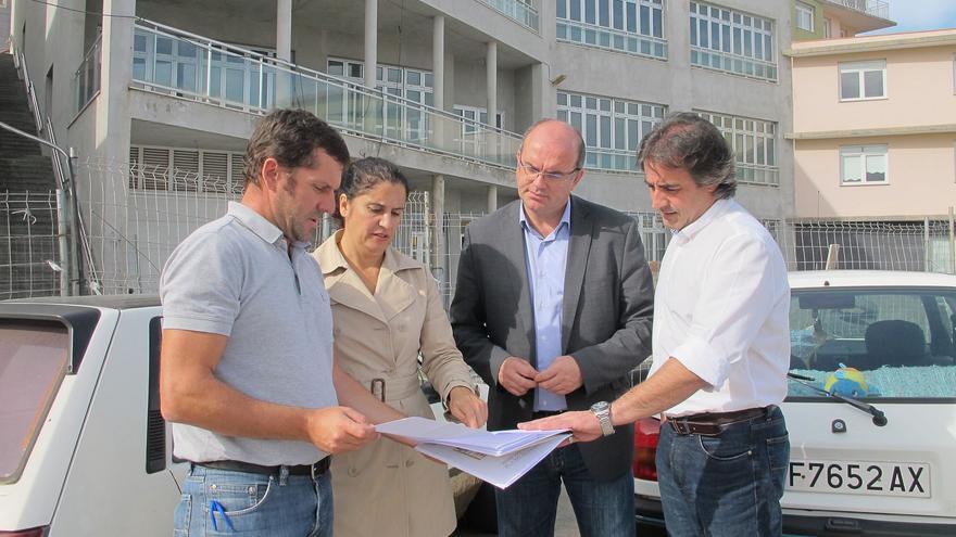 En la imagen, autoridades y técnicos observan los planos del centro.