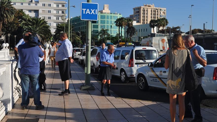 Taxistas de Las Palmas de Gran Canaria se visten con falda como señal de protesta a la nueva normativa municipal del taxi.