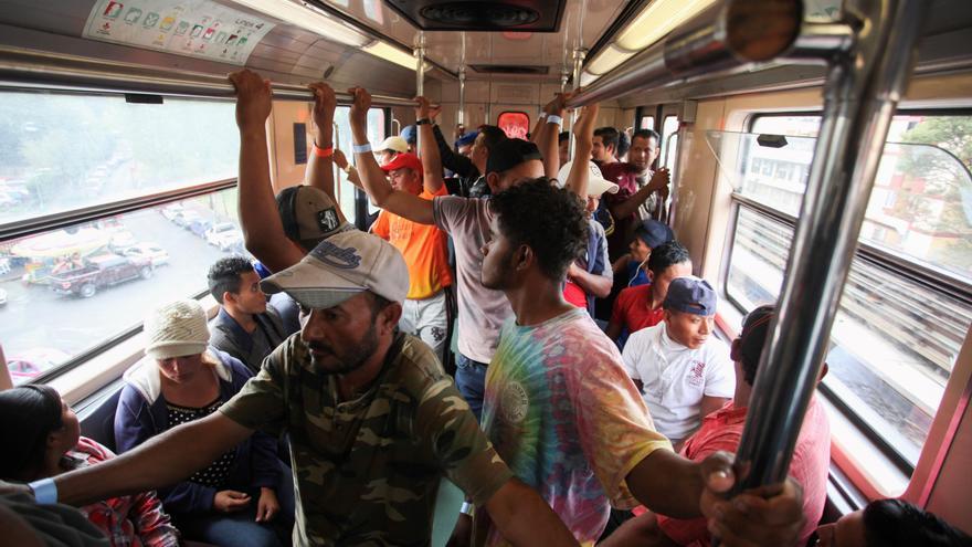 La segunda caravana de migrantes centroamericanos utilizan el tren que los conduce a la Basílica de Guadalupe el 13 de noviembre de 2018, en Ciudad de México (México).  Foto: EFE/ María de la Luz Ascencio