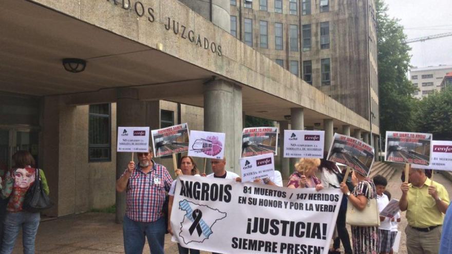 Víctimas del Alvia concentradas frente a los juzgados de Santiago