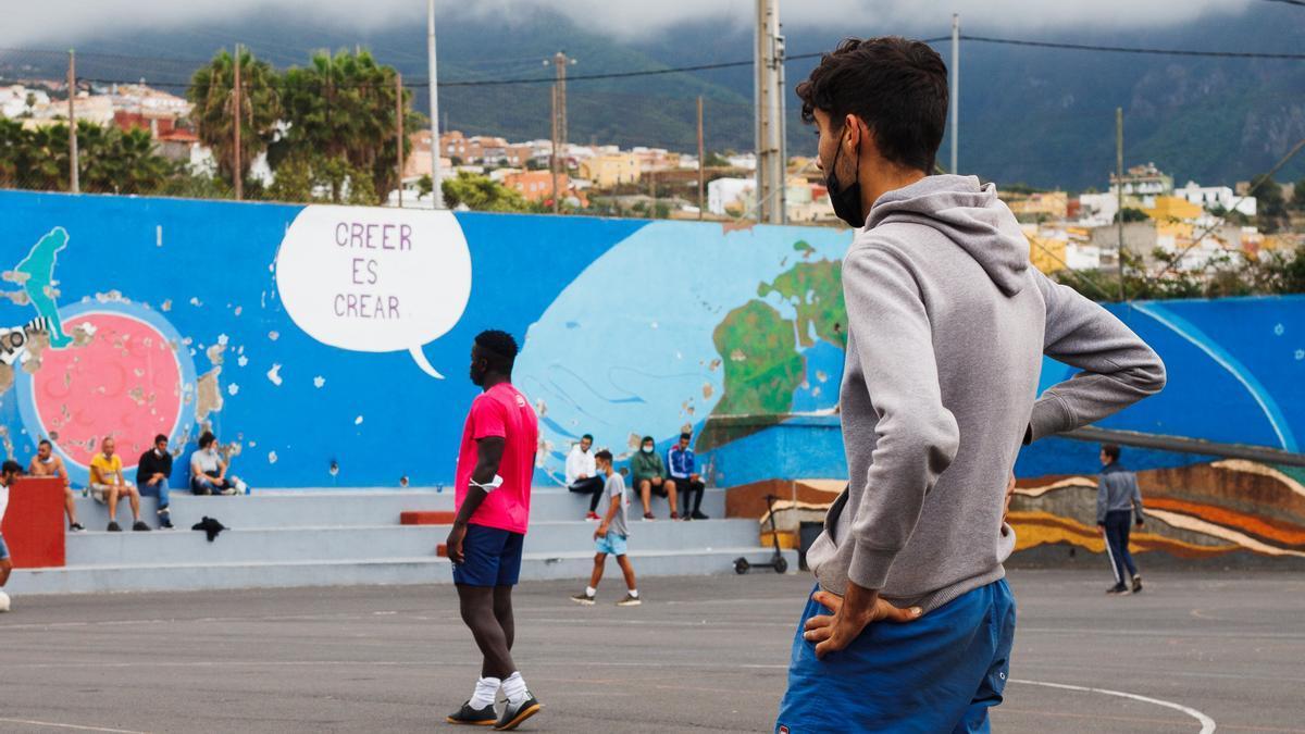 Jóvenes tinerfeños, malienses y senegaleses juegan a fútbol en La Montañeta.